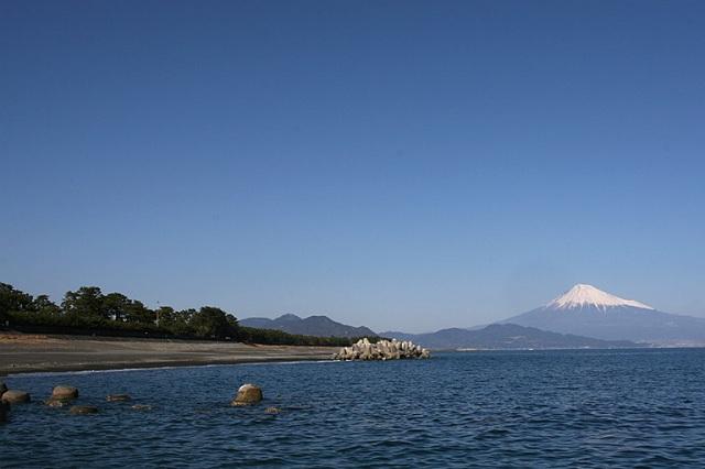 Miho no Matsubara black sand beach